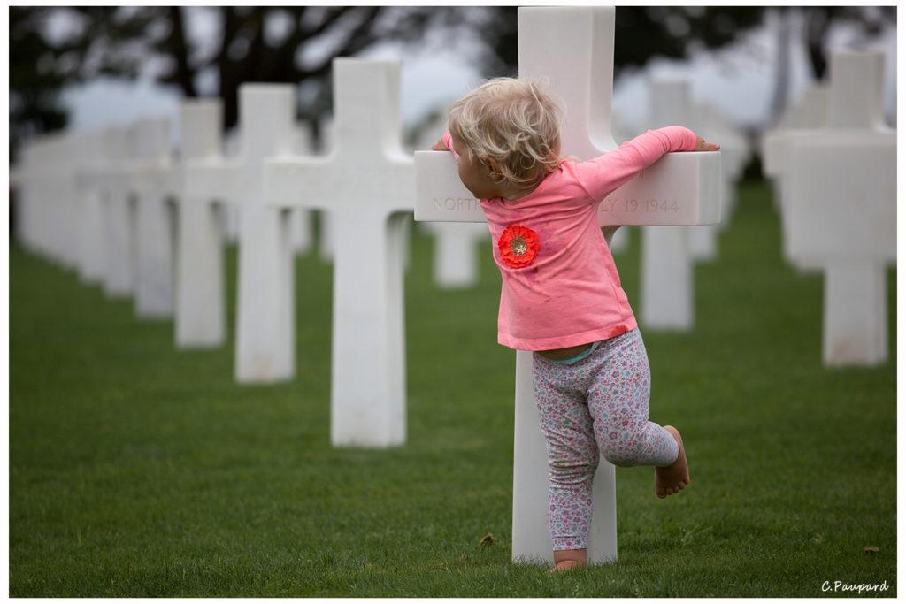 Enfant au cimetière américian